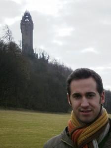 Fran Hernández junto al monumento a William Wallace